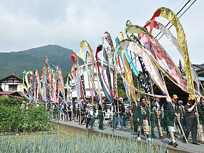 上田の雨乞い「岳の幟」 行列色鮮やか