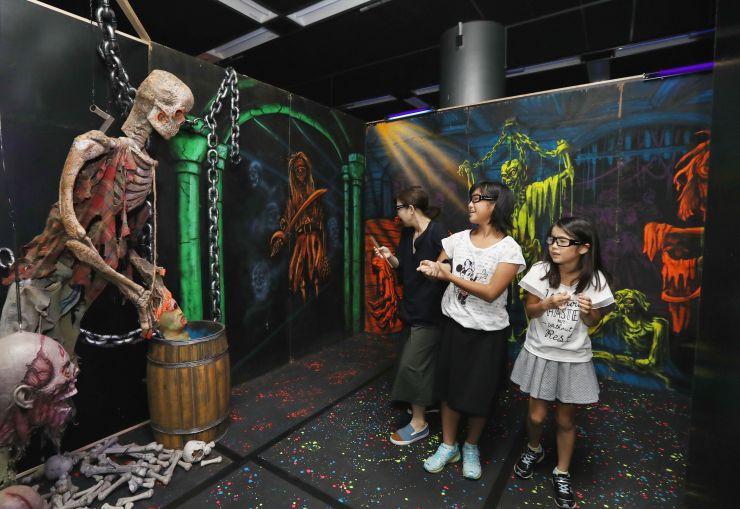 飛び出す骸骨などを体験できる特別展=16日、新潟市中央区の県立自然科学館