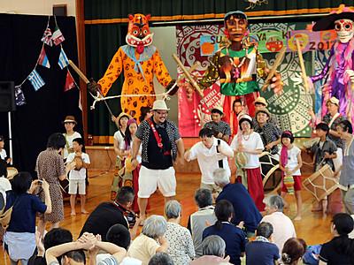 巨大人形の踊り楽しむ 南砺で「スキヤキ」プレイベント