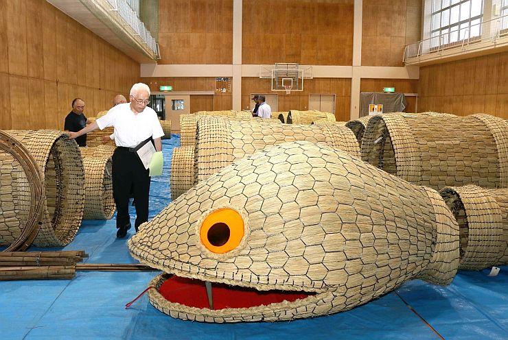 住民が作った大蛇のパーツを見比べる審査員=関川村旧安角小学校