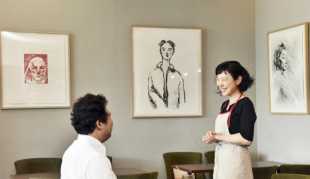 舟越桂さんの作品が並ぶ店内=福井県立美術館「喫茶室ニホ」