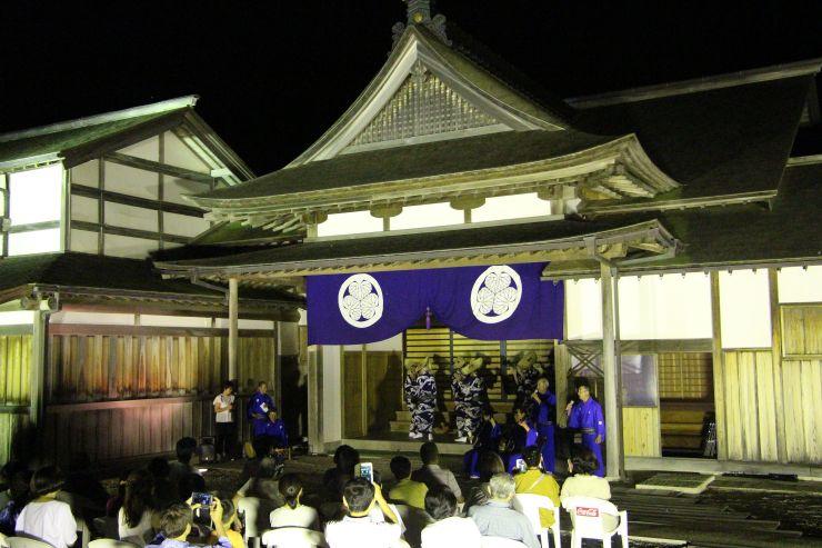 佐渡奉行所跡で民謡を披露する立浪会のメンバー=17日、佐渡市相川地区