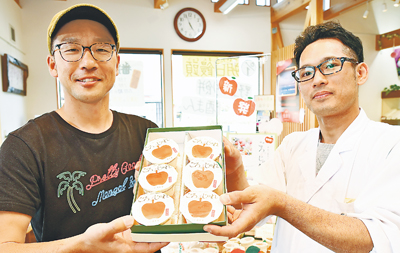 富居さん(左)と松田専務が協力して作ったリンゴゼリー