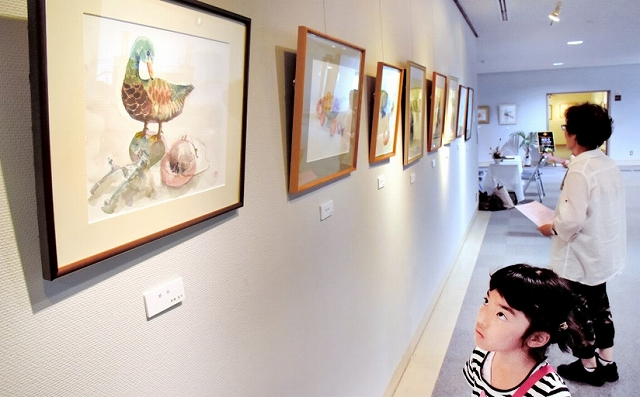 動物や花を題材にした多彩な水彩画が並ぶ作品展=20日、鯖江市文化の館