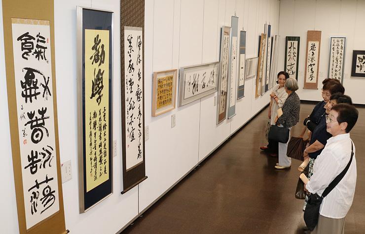 中央書壇や県内で活躍する書家の作品が並ぶ「日本の書展」=県民会館