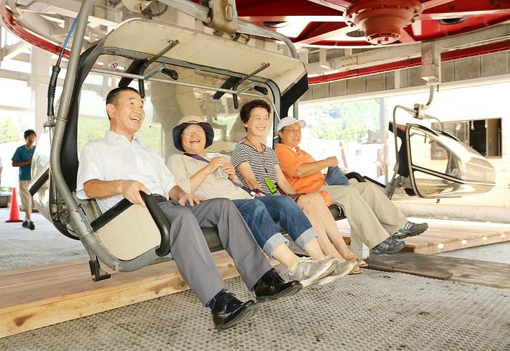 ビスタクワッドリフトに乗る関係者=立山山麓スキー場極楽坂エリア