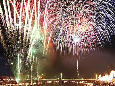 花火と流し火が共演 水橋橋まつり花火大会
