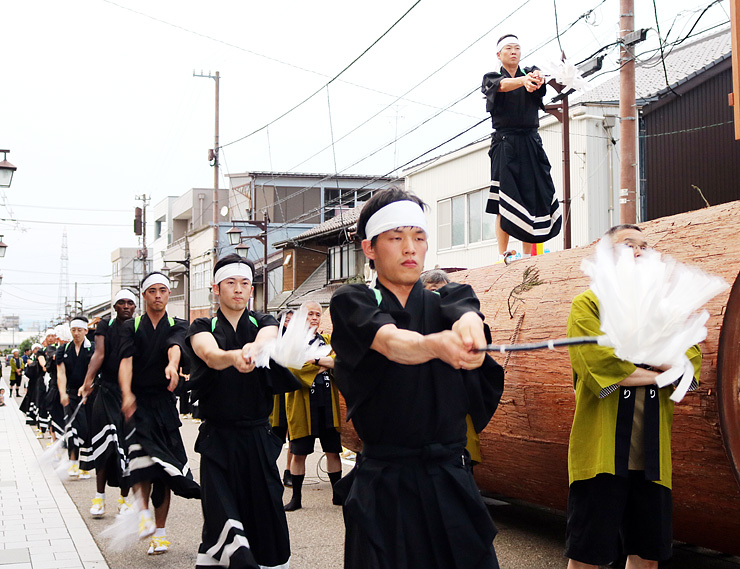 富山県 木遣り踊り勇ましく 井波で太子伝観光祭開幕|北陸新幹線で行 ...