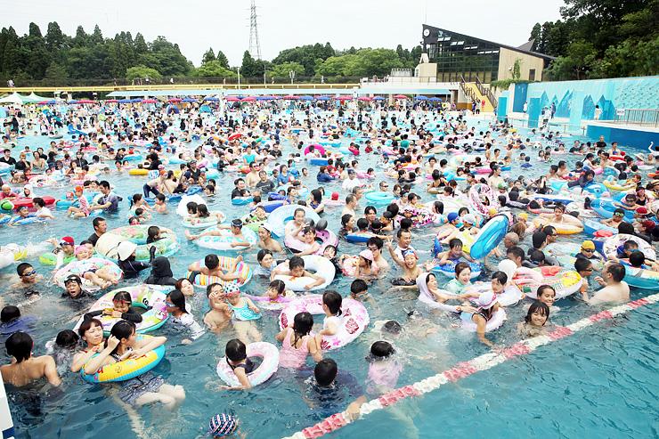 人工の波に揺られる大勢の家族連れや若者たち=県民公園太閤山ランド