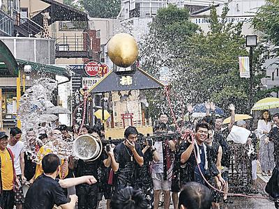 水掛け神輿威勢良く 金沢・柿木畠、商店街など練り歩く