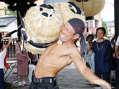鷲田さん(小矢部)9度目優勝 城端別院盤持ち大会
