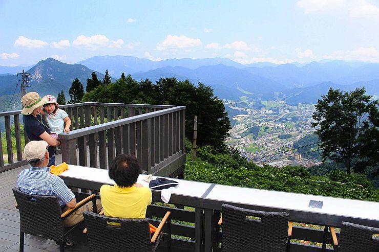 連峰や町並みの景色を楽しみながらくつろげる「雲の上のカフェ」=21日、湯沢町湯沢