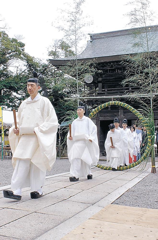 茅の輪をくぐる神職や参拝者=加賀市大聖寺敷地の菅生石部神社