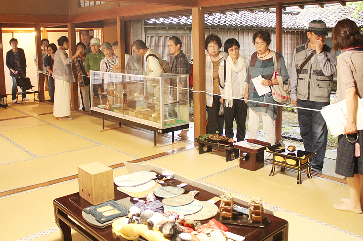 大谷貞子の愛用品を鑑賞する参加者=城端別院善徳寺