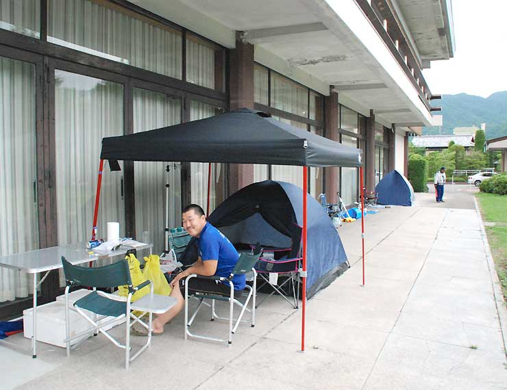 諏訪湖の花火大会のチケット発売を待つ人たちが並べたテントや椅子=諏訪市文化センター