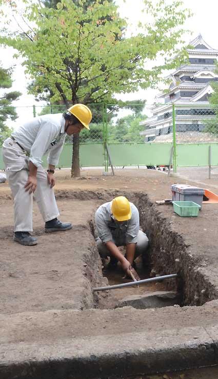 松本城公園内で始まった試掘