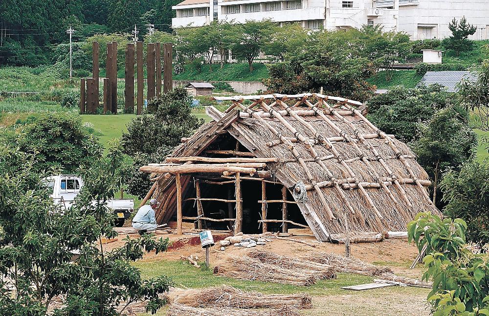 縄文時代の家を再現した縄文小屋=能登町真脇遺跡