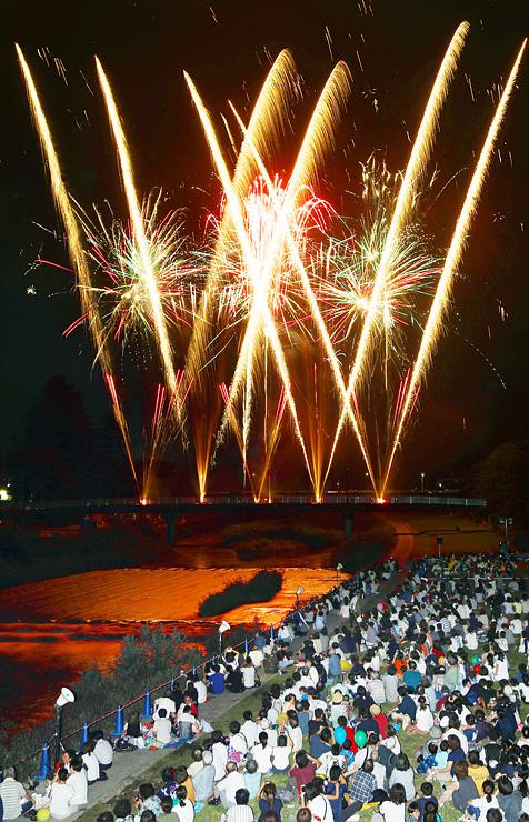 夏の夜空と小矢部川の川面を鮮やかに彩る花火(多重露光)=南砺市福光