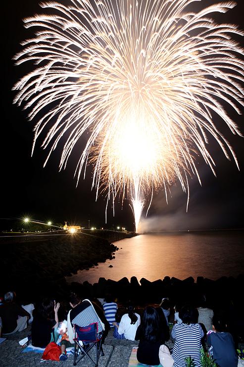 夜空を彩る大輪が海面を染めた伏木港まつりの納涼花火大会=高岡市伏木万葉ふ頭(多重露光)