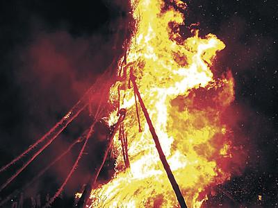夜空染める巨大火柱 能登島で向田の火祭
