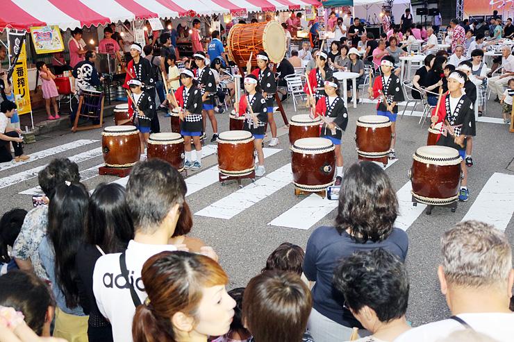 息を合わせて演奏する福光東部小学校和太鼓クラブのメンバー