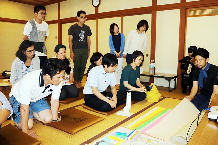 石本さん(右)から和紙の説明を聞く参加者