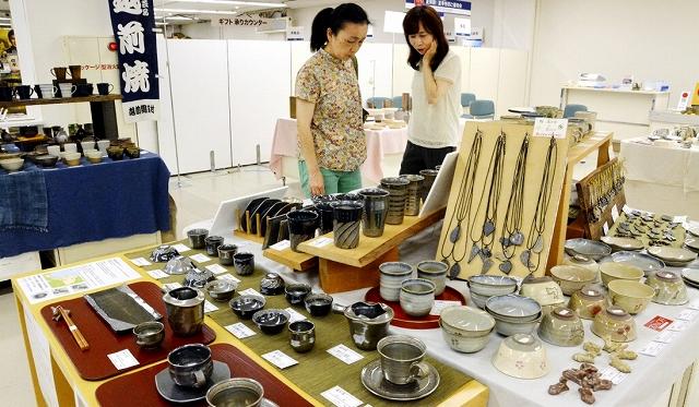 作家の個性あふれる作品が並ぶ夏の越前陶芸まつり=27日、福井市の西武福井店