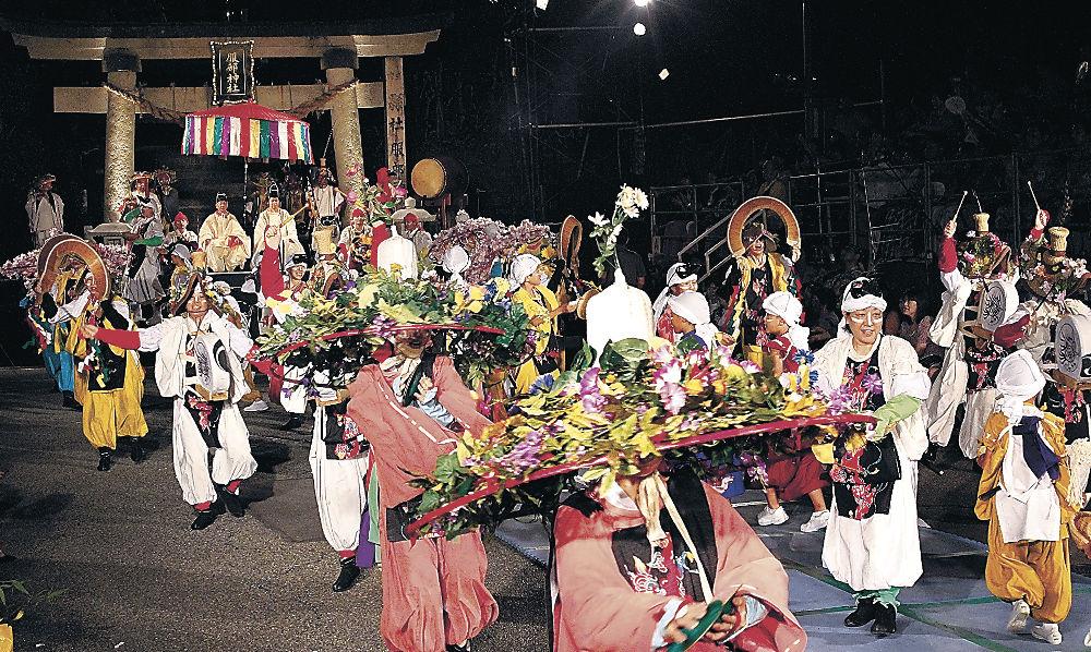 幻想的な演奏と踊りを繰り広げる出演者=30日午後9時10分、加賀市山代温泉の服部神社前
