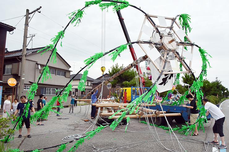祭りに向け、たてもんを組み立てる元町区の住民