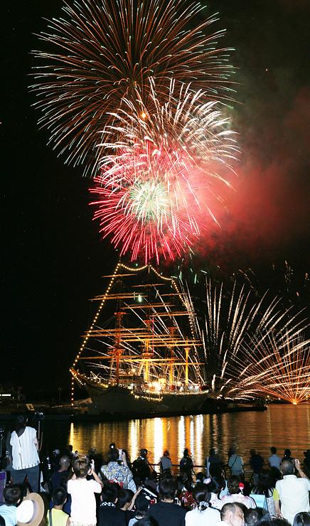 海王丸の上空を鮮やかに彩る大輪の花火=海王丸パーク(多重露光)