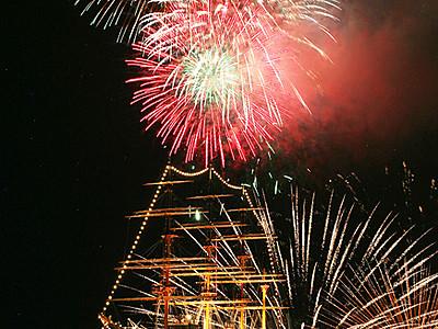 帆船海王丸と光の競演 富山新港花火大会