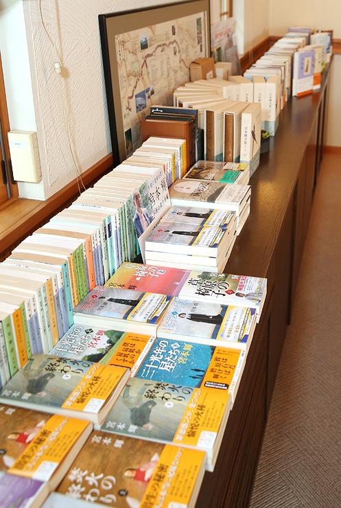 宮本さんの自宅に並ぶ著作の数々。いずれも人生への深い洞察が感じられ、人気が高い=兵庫県伊丹市