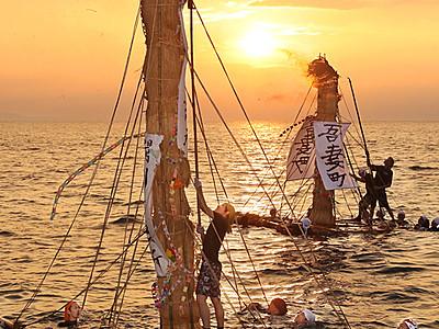 海上祈りの炎赤々と 滑川で伝統のネブタ流し
