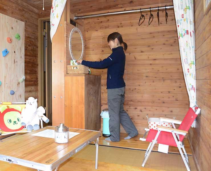 白馬岳頂上宿舎の女性専用の宿泊部屋。鏡の前で化粧や身繕いができる