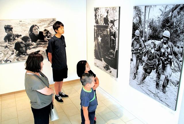 ピュリツァー賞受賞作など世界から評価を集めた澤田教一の戦場写真が並ぶ企画展=福井県鯖江市まなべの館