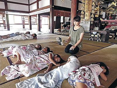 涼風にうとうと 金沢・如来寺、昼寝に本堂開放