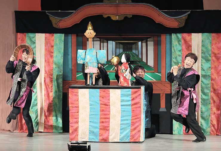 フェスタの幕開けを飾ったデフ・パペットシアター・ひとみの「一寸法師」=1日午前10時49分、飯田市の飯田文化会館