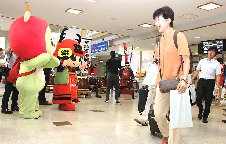 アルクマなどに出迎えられた大阪からの観光客