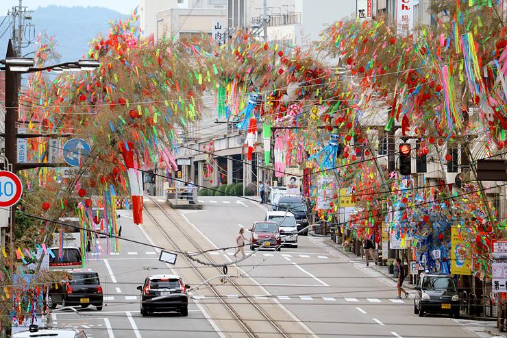 色鮮やかな七夕飾りが並ぶ通り=高岡市末広町