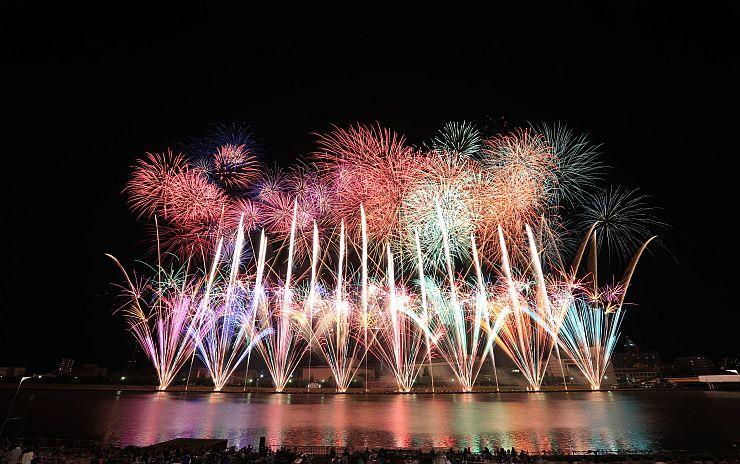 祭りのフィナーレを飾る「みんなの花火 エボリューション」=2016年8月、新潟市中央区の信濃川