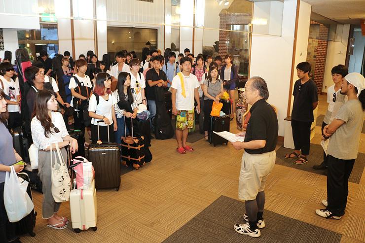 金沢社長(右から4人目)から歓迎を受ける学生=ホテル寺尾温泉