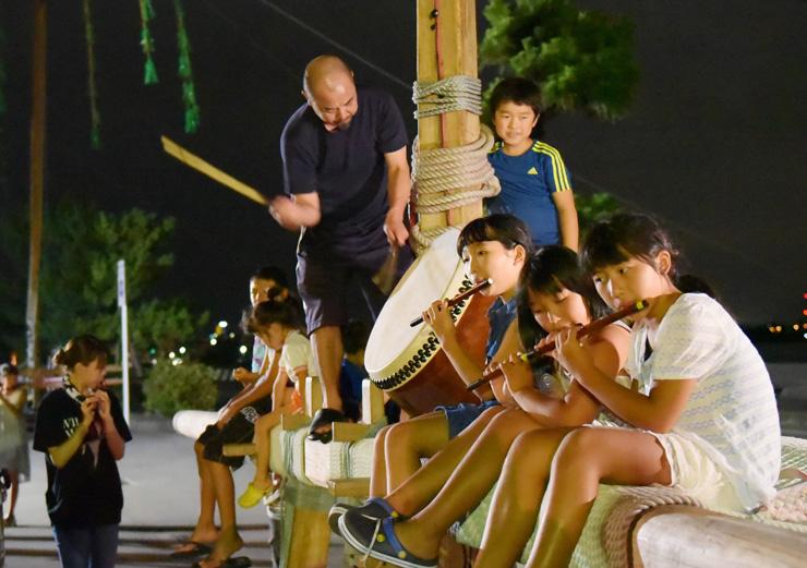 本番に向けて、たてもんに乗り笛や太鼓の練習をする氏子ら=諏訪神社