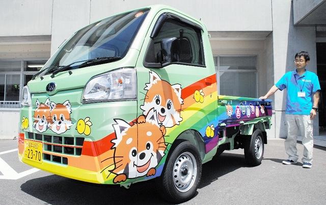 レッサーパンダキャラクターの図柄が入った軽トラック=2日、福井県鯖江市役所