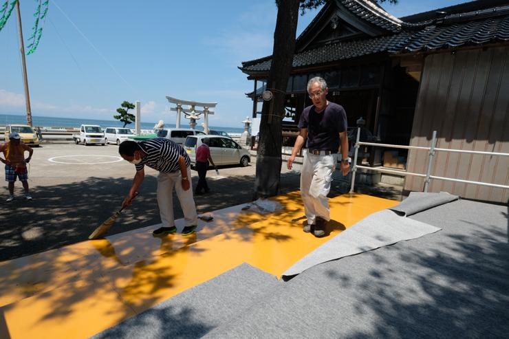 たてもん祭りの開催を控え、特別観覧席を整える魚津たてもん保存会員=諏訪神社