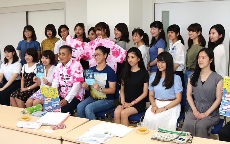 「海の家プロジェクト」をPRした昭和女子大生=朝日町役場