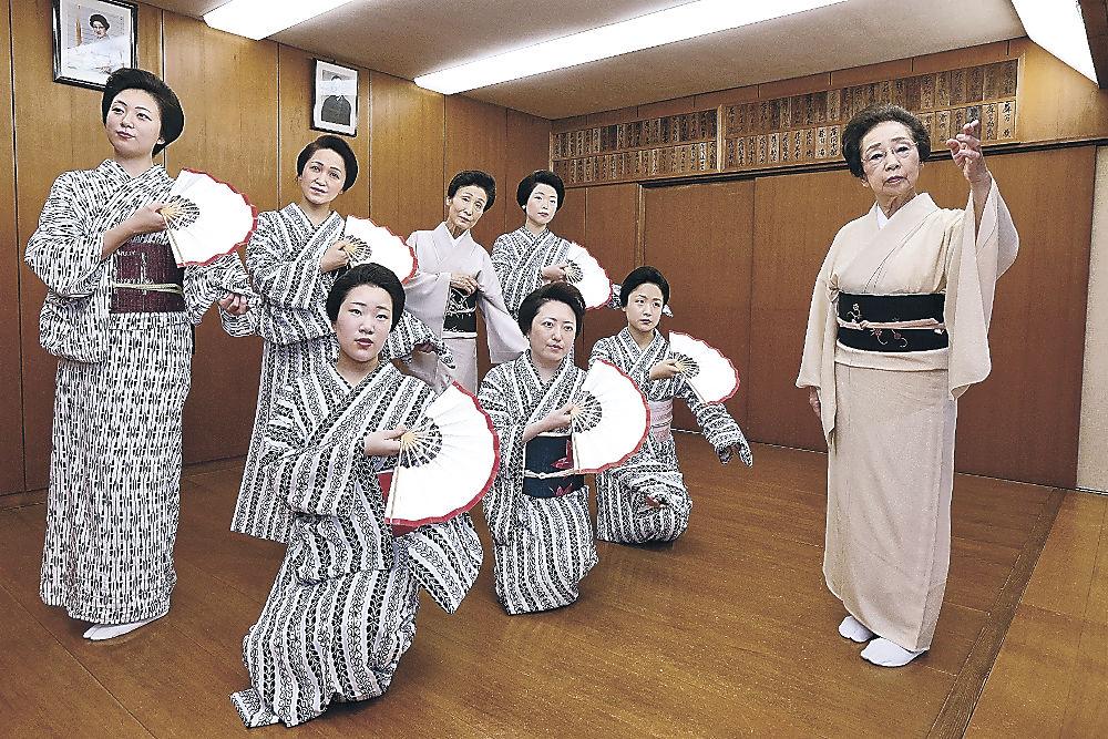 勘寿々さん(右)の指導で稽古に励む主計町の芸妓=金沢市尾山町