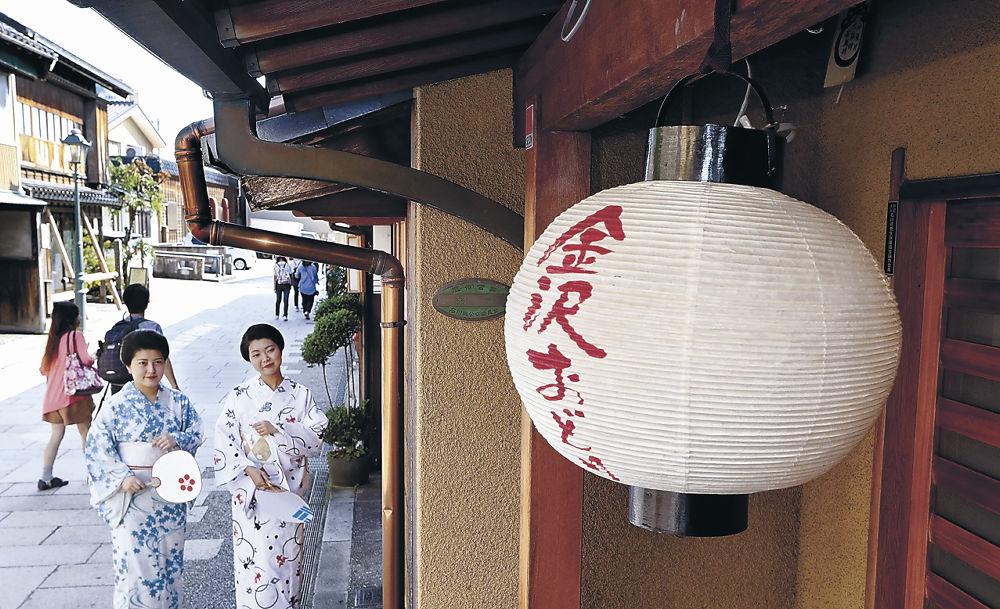 金沢おどりを発信する提灯=金沢市のにし茶屋街