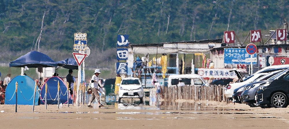 陽炎や逃げ水が現れた浜辺=羽咋市の千里浜海岸