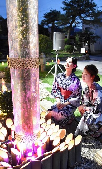 会場を幻想的に彩る竹を使った照明=3日夜、福井県勝山市本町2丁目