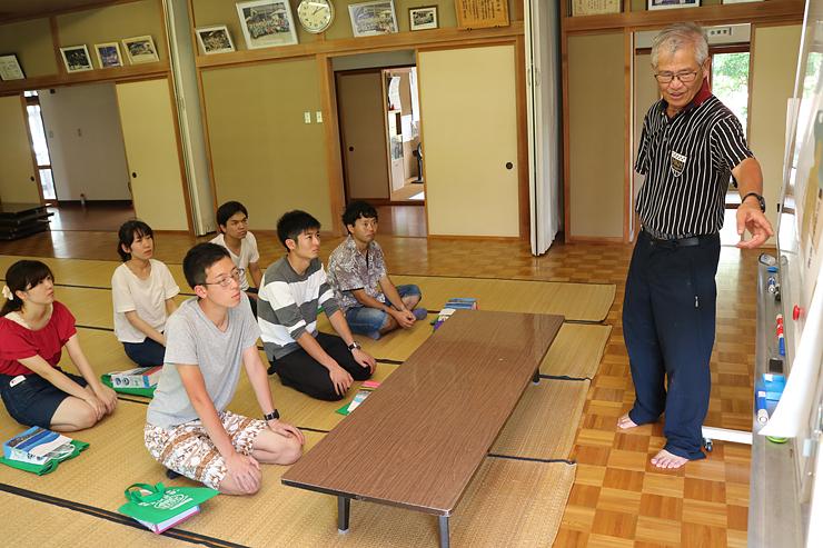 長崎さん(右)から蛭谷地区に伝わる工芸文化について聞く学生